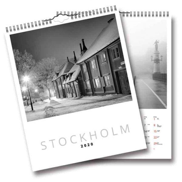 Väggkalender DC Stockholm 2020 är en påkostad och sober väggalmanacka med utsökta svartvita foton av Stockholmsfotografen Ola Ericson. Kalenderspecialisten