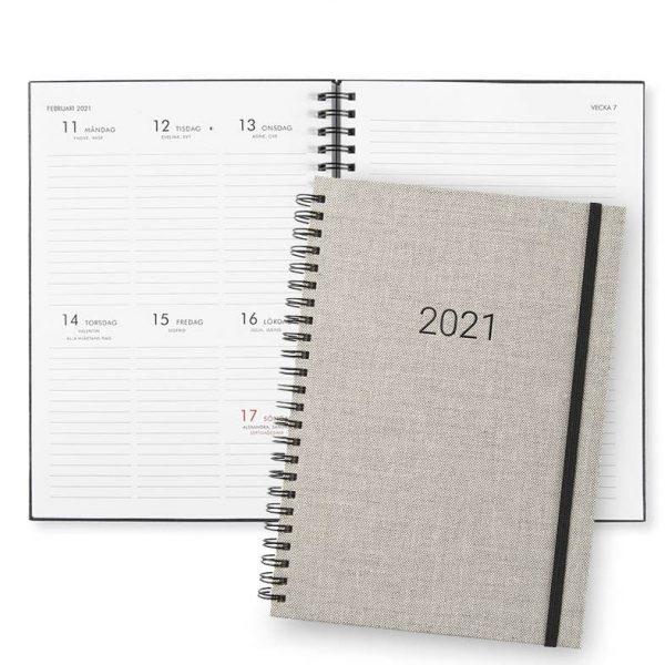 Almanacka 2021 Paperstyle Newport Sand hos kalenderspecialisten
